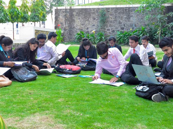 A study made in the garden without sitting for hours   तासं-तास रिडींगला न बसता बागेतच बनविली अभ्यासिका