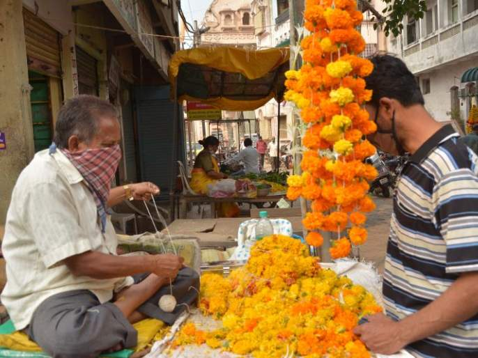 The financial crisis on of those who depend on temples! | मंदिरांवर अवलंबून असणाऱ्यांचे आर्थिक 'देऊळ पाण्यात'!
