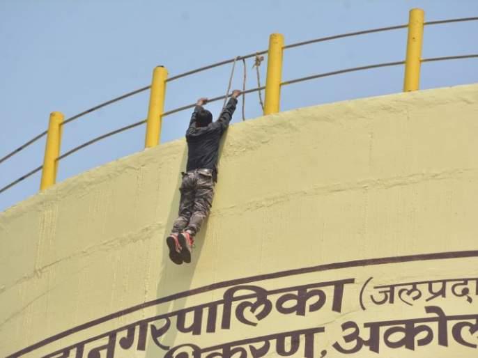 News channel journalist attempts suicide by climbing on water tank | वृत्तवाहिनीच्या पत्रकाराचा पाण्याच्या टाकीवर चढून आत्महत्येचा प्रयत्न