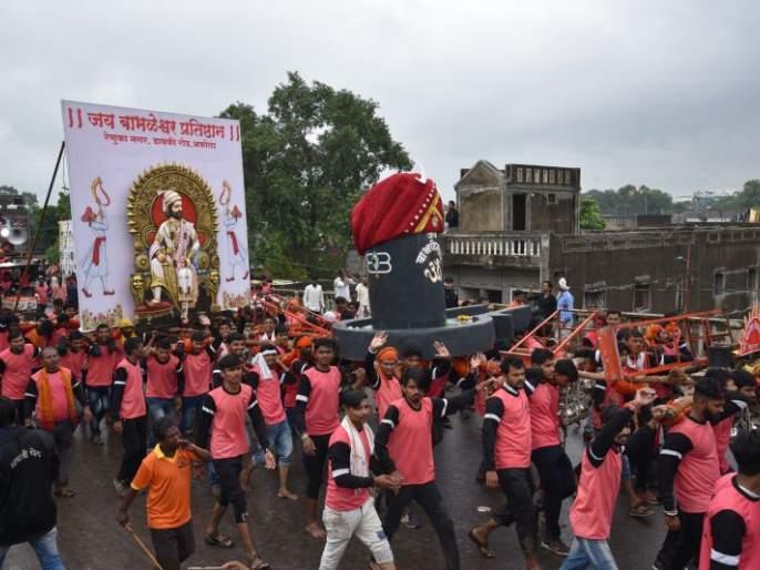 Arrival of Kavadhari Shiva devotees in Akola; Worship of lord Rajarajeshwara   कावडधारी शिवभक्तांचे अकोल्यात आगमण; राजराजेश्वराला जलाभिषेक