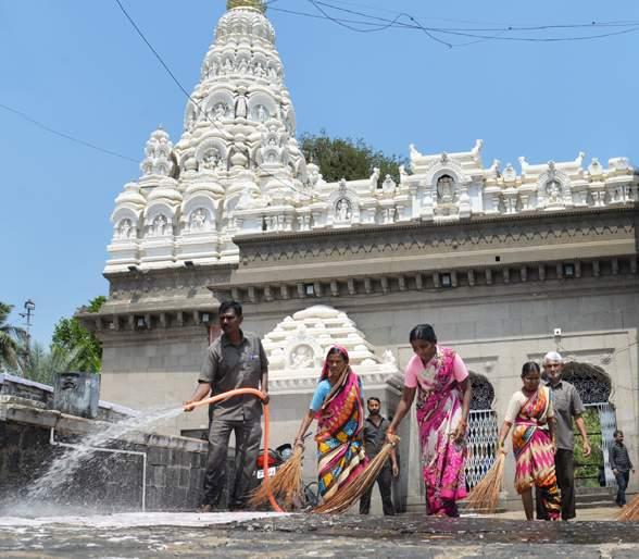 The outbreak of the corona virus; Clean the temple of Siddaramashwar twice daily | कोरोना व्हायरसचे पडसाद; सिद्धरामेश्वर मंदिराची दररोज दोनदा स्वच्छता
