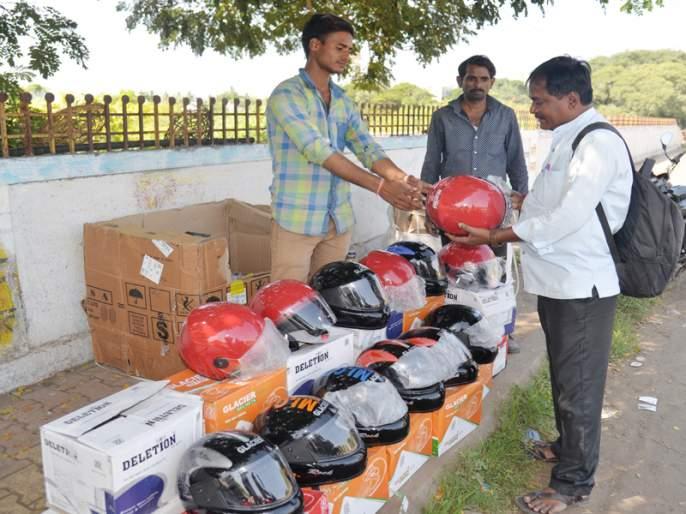 Helmet Dealers in Uttar Pradesh, Gujarat, Solapur; Thousands of helmets on sale daily | उत्तर प्रदेश, गुजरातचे हेल्मेट विक्रेते सोलापुरात; रोज एक हजार हेल्मेटची विक्री