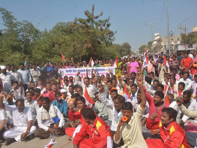 Construction workers 'Pungi Baajao' march in Akola   बांधकाम मजुरांनी काढला 'पुंगी बजाओ' मोर्चा!