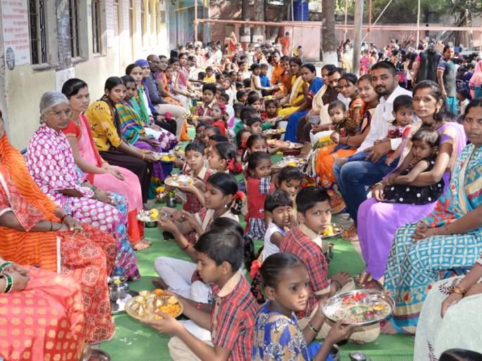 Children express their faith and love by worshiping their parents | जन्मदात्यांची पाद्यपूजा करून मुलांनी व्यक्त केले श्रद्धा अन् प्रेम