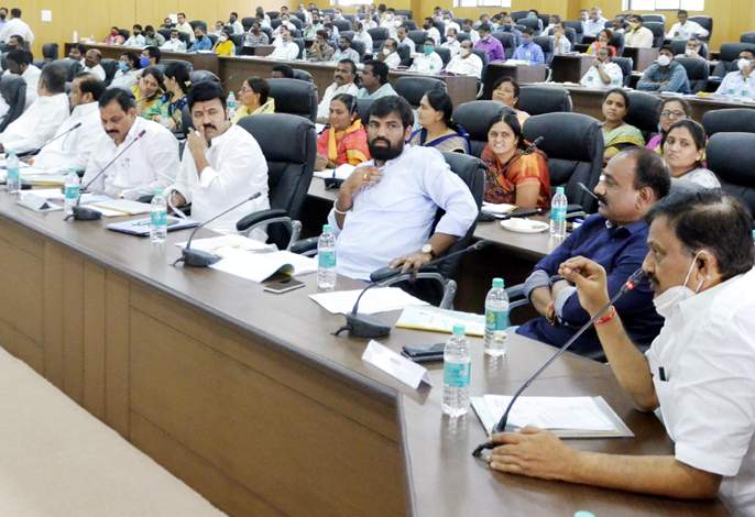 How to spend 90% of funds in 60 days; Question of MLAs in Solapur district | साठ दिवसांत ९० टक्के निधी कसा खर्च करणार; सोलापूर जिल्ह्यातील आमदारांचा सवाल