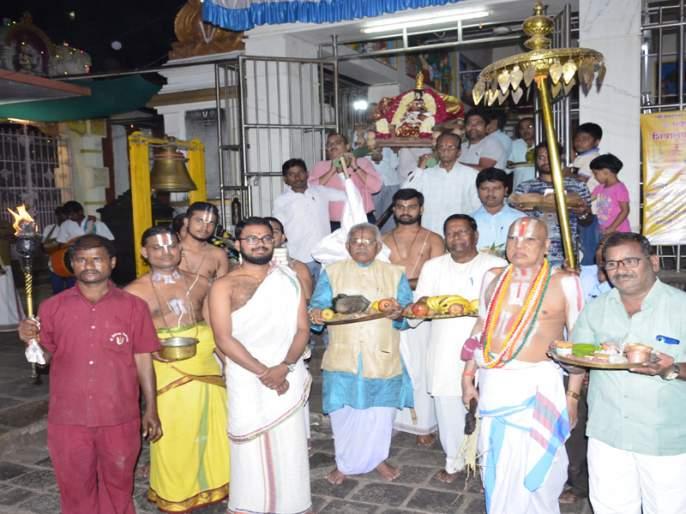 Priests of Tirupati, Acharyas of Allahabad and ornamental servants of Tamil Nadu in Solapur   तिरुपतीचे पुजारी, अलाहाबादचे आचारी अन् तामिळनाडूचे अलंकार सेवेकरी सोलापुरात