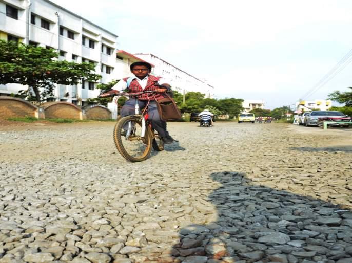 O uncle ... not the asphalt; | ओ काका... डांबरी नव्हे, खडीच्या रस्त्यामुळे उडणाºया धुळीतून गाठतोय शाळा बरं का...!
