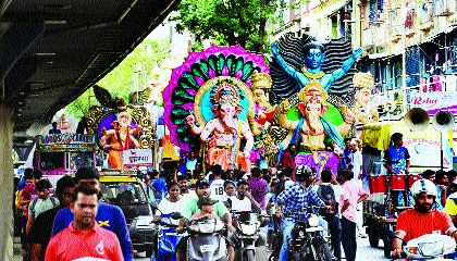 The arrival of Ganesh idol in mumbai   सार्वजनिक गणेशाच्या आगमन मिरवणुकांनी दुमदुमली मुंबापुरी