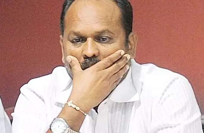 Minister mahadev jankar taking money for doctor's transfer | पशुवैद्यकांच्या बदल्यांसाठी स्वत: मंत्रीच घेतात पैसे!