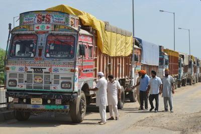 Foreign truck drivers are tired of rent | परराज्यातील ट्रकचालकांचे भाडे थकले