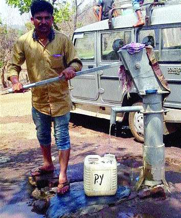 The borewell water which comes in 24 hours water without the help of hapasa is less | हापसा न मारता २४ तास पाणी येणाऱ्या बोअरवेलचे पाणी कमी