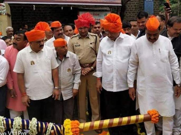 Ganesh immersion in Kolhapur begins | पारंपरिक वाद्यांच्या गजरात कोल्हापुरात गणेश विसर्जन मिरवणुकीला प्रारंभ