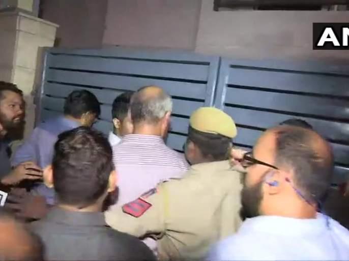HighHoltage Drama at Chidambaram's house;CBI official jumps the gate of P Chidambaram's residence to get inside | Video: चिदंबरम यांच्या घरी हायव्होल्टेज ड्रामा; गेटवरुन उड्या मारुन सीबीआय अधिकारी घरात दाखल