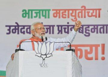 Congress, NCP leaders' relationship with landmafias - Modi | Maharashtra Election 2019 :काँग्रेस, राष्ट्रवादी नेत्यांचे भूमाफियांशी संबंध - मोदी