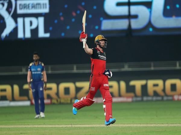 RCB's double century due to AB de Villiers' shot | एबी डीव्हिलियर्सच्या फटकेबाजीमुळे आरसीबीची द्विशतकी मजल