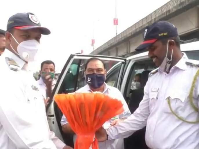 Eknath Khadse was welcomed by Bhiwandi traffic police   भिवंडीत वाहतूक पोलिसांनी केले एकनाथ खडसेंचे स्वागत