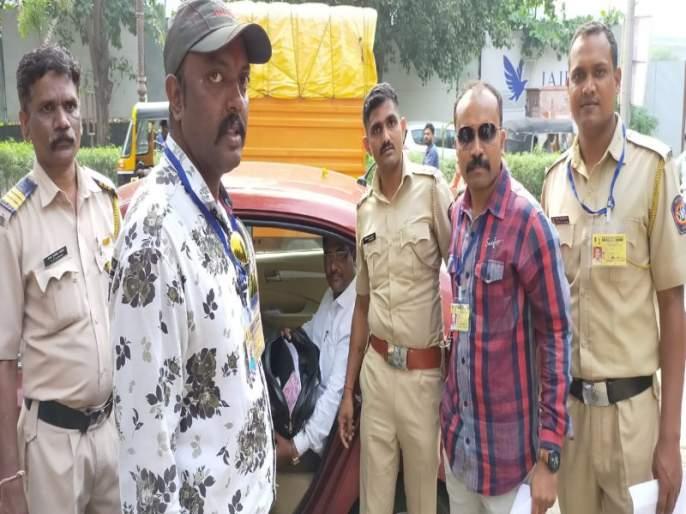 Election Commission caught five lakh cash at Gangadham Chowk in Pune | पुण्यातील गंगाधाम चौकात निवडणुक आयोगाने पकडली पाच लाखांची रोकड