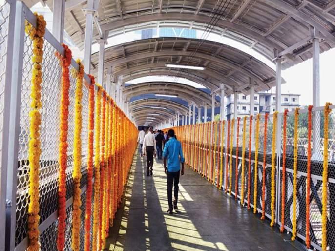 36 stalls expelled from railway stations, built on Central Railway during the year after Elphinstone Accidents, 20 pedestrian bridges | रेल्वे स्थानकांतून ३६ स्टॉल हद्दपार, एल्फिन्स्टन दुर्घटनेनंतर वर्षभरात मध्य रेल्वेवर बांधले २० पादचारी पूल