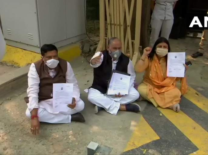 Meeting of all three mayors outside Arvind Kejriwal's residence, agitation continues | अरविंद केजरीवालांच्या निवासाबाहेर तीनही महापौरांची बैठक, आंदोलन सुरू