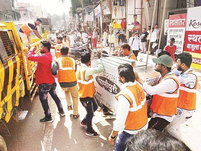 Finally, the municipal corporation starts to remove encroachments,street vendors | अखेर महापालिकेची अतिक्रमणे, हातगाड्यांवर कारवाई सुरू