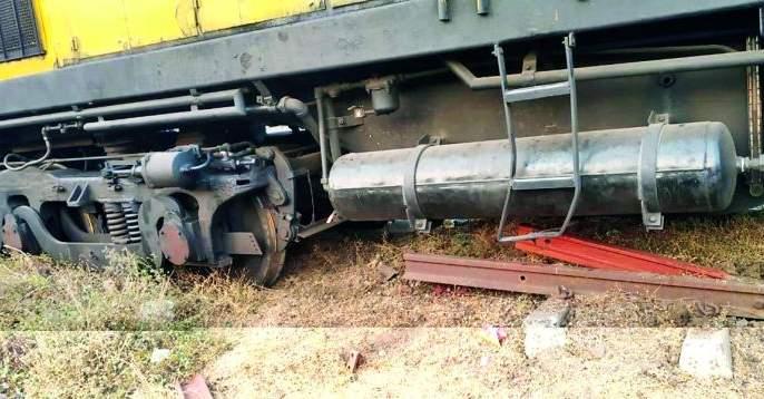 The Railway engine derailed at Ajni Yard   अजनी यार्डात रेल्वे इंजिन रुळावरून घसरले