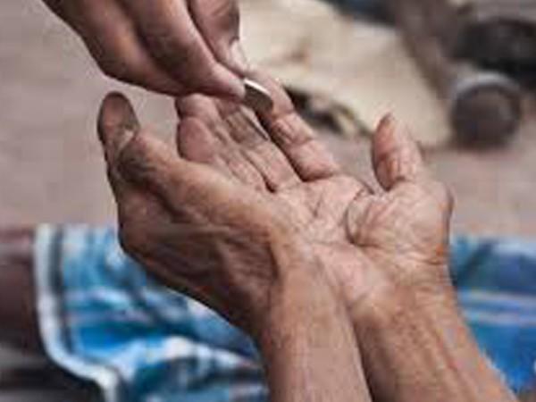 Septuagenarian beggar donates Rs 8 lakh to temple in Vijayawada | बाबो! मंदिराबाहेरील भिकाऱ्याने दिली साईचरणी 'इतक्या' लाखांची देणगी; आकडा वाचाल तर चक्रवाल!