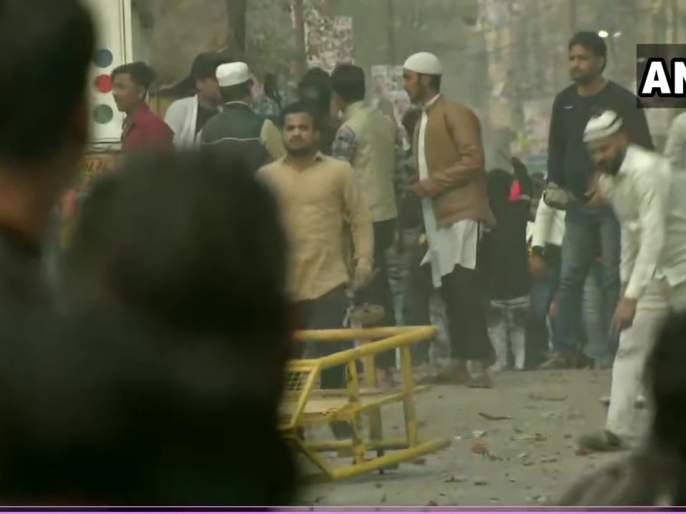 CAA: CAA supporters and opponents Stone pelting between each other in Maujpur area, tear gas shells fired by Police   CAA: सीएए समर्थक आणि विरोधक एकमेकांना भिडले; जाफरबादमध्ये झाली दगडफेक