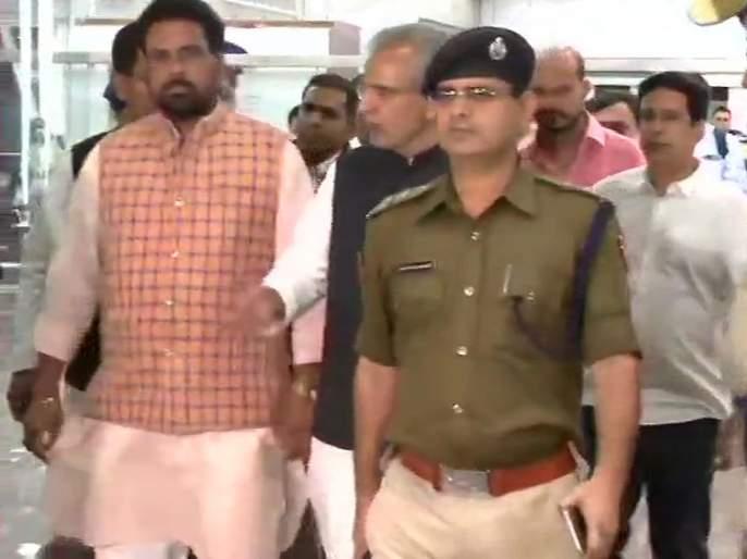 gujarat congress mla have reached at jaipur to avoid horse trading in rajyasabha election sna | काँग्रेसला या दुसऱ्या राज्यातही बसणार दणका, 14 आमदारांचे केले एअरलिफ्ट