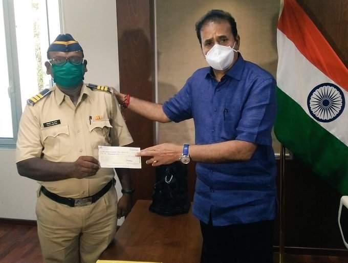 Salute Khaki ! Police constable donates donations to Home Minister to CM Corona Fund pda | खाकीला सॅल्यूट! पोलीस कॉन्स्टेबलने गृहमंत्र्यांकडे दिले डोनेशन, मदतीसाठी उचलला खारीचा वाटा