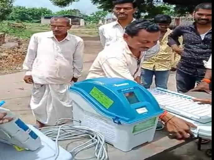 'Boycott our vote'; Villagers beat 'EVM' awareness team in Parabhani   'आमचा मतदानावर बहिष्कार'; आंदोलक ग्रामस्थांनी 'इव्हिएम' जागृती करणाऱ्या पथकाला पिटाळले