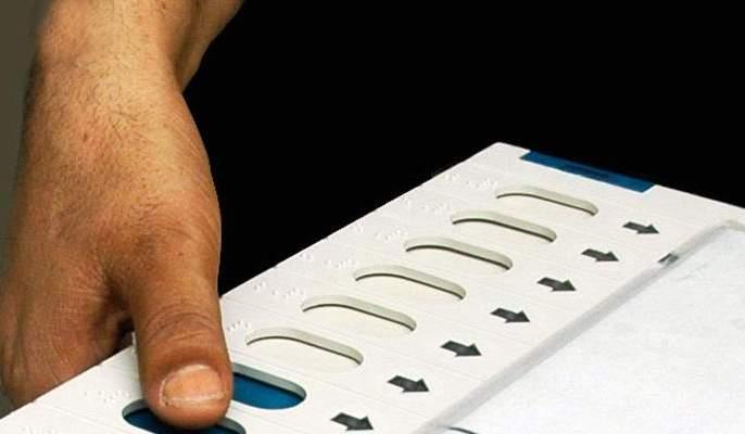 polling booth in Mulund, type of ink in front of BJP sign | मुलुंडमध्ये मतदान केंद्रावर गोंधळ, भाजपाच्या चिन्हासमोर शाई लावल्याचा प्रकार