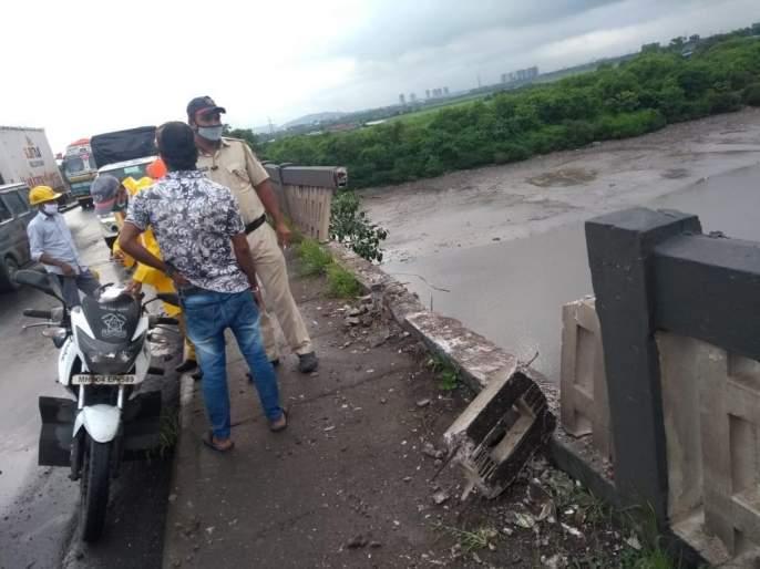 The container fell into the creek from the bridge at Reti Bunder; Luckily the driver survived | रेती बंदर येथेकंटेनर पुलावरुन खाडीत पडला; सुदैवानेचालक बचावला