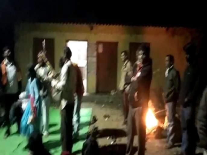 Overnight sit-in agitation of farmers for water; The determination to unite with the fire | पाण्यासाठी शेतकऱ्यांचे रात्रभर ठिय्या आंदोलन; शेकोटीच्या साथीने एकीचा निर्धार