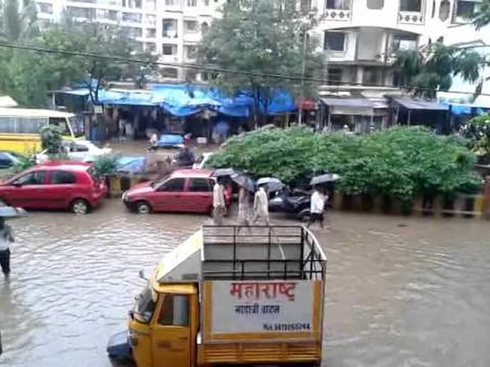 First victim of rain in Miraroad; Vehicles drawned   मीरारोडमध्ये पावसाचा पहिलाबळी;वाहने गेली वाहून