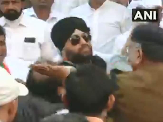 Video: Who will host a tricolor? Clash between Congress leaders in Madhya pradesh | Video: तिरंगा कोणी फडकवायचा? काँग्रेस नेत्यांमध्ये तुंबळ हाणामारी
