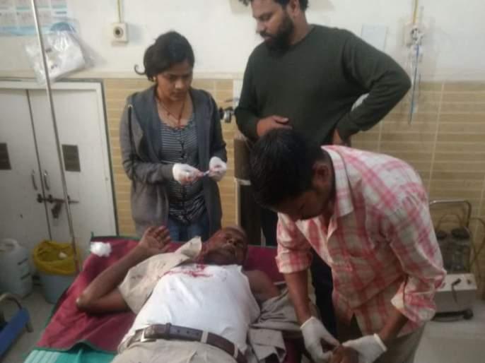 A senior citizen has been rushed to a hospital, senior citizen Hit by hawkers in thane | मुजोर फेरीवाल्यांकडून ज्येष्ठ नागरिकाला जबर मारहाण, रुग्णालयात दाखल