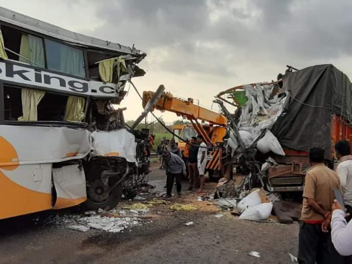 major Accident of bus-truck on Pune-Bangalore highway | पुणे-बेंगळुरु महामार्गावर बस-ट्रकमध्ये भीषण अपघात; पाच ठार