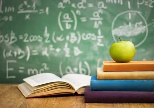 Scholarships should be made available to alumni | माजी विद्याथ्यानी शिष्यवृत्ती उपलब्ध करुन द्यावी