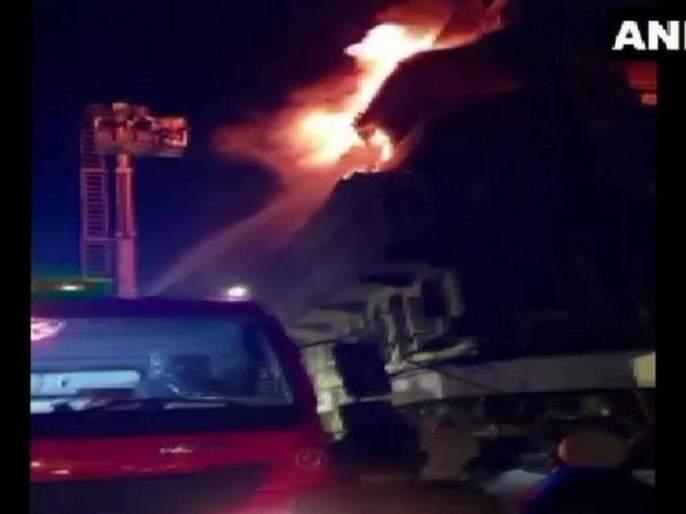 Big fire to home located in bhendi bazar; 2 women death | Video : भेंडी बाजारातील इमारतीला भीषण आग; २ महिलांचा मृत्यू