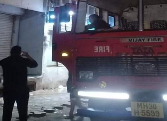 Fire up shops in the market; Two employees were injured | अलंकार मार्केटमधील दुकानांना आग; आग विझवताना दोन कर्मचारी जखमी