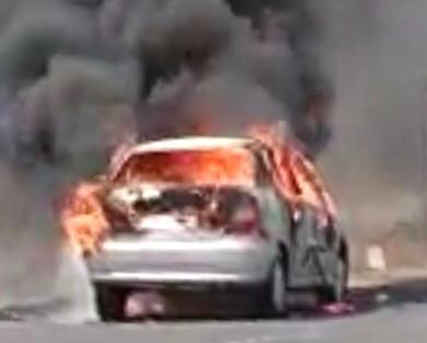 Suddenly I was hit by a car moving in Waghbil Ghat | वाघबीळ घाटात वर्दळीच्या रस्त्यावर बर्निंग कारचा थरार