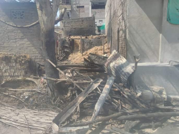 Fire at Khandala;one bull killed | खंडाळा येथे आग;एक बैल ठार