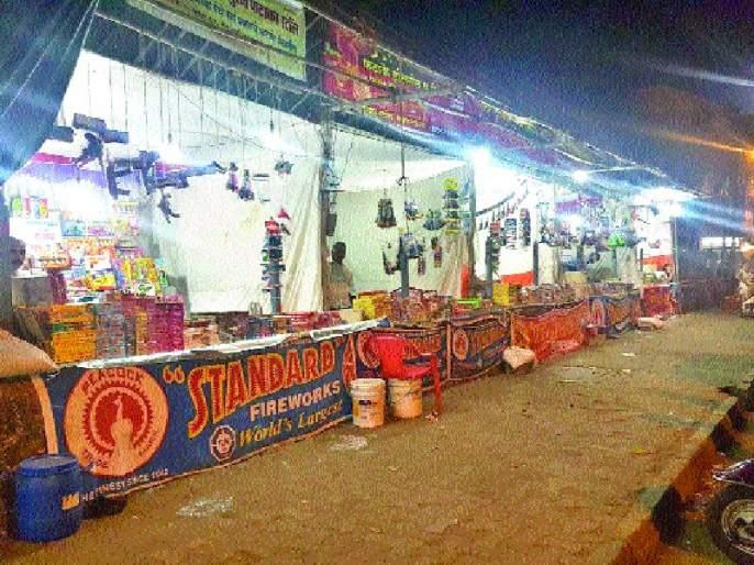 87 fireworks vendor licenses canceled   दिल्लीतील ८७ फटाके विक्रेत्यांचे परवाने रद्द
