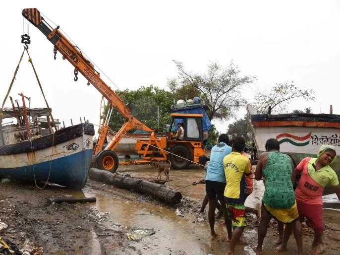 Cyclone damages Mira-Bhayander fishermen; The change of direction averted the danger | Cyclone Nisarga: चक्रीवादळाने मीरा-भाईंदरच्या मच्छीमारांचं नुकसान; दिशा बदलल्यानं धोका टळला