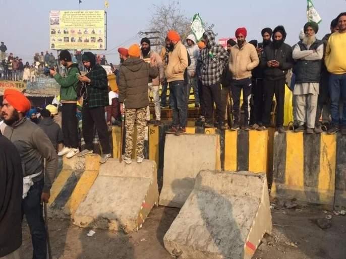 Tractor parade: farmers remove barricade on Singhu, Tikri border; Went to Delhi | ट्रॅक्टर परेड: सिंघू, तिक्री बॉर्डवरील बॅरिकेड शेतकऱ्यांनी पाडले; दिल्लीकडे निघाले