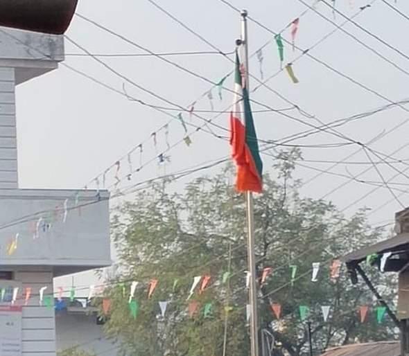 National flag hoist in wrong direction at Brahmanwada Thadi in Amravati district   अमरावती जिल्ह्यातीलब्राह्मणवाडा थडी येथे फडकविला उलटा तिरंगा