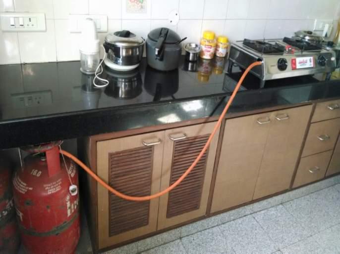 the gas stove putting on the ground and cooking is very dangerous: KavitaTikku | शेगडी जमिनीवर ठेवून स्वयंपाक करणे घातक : कविता टिक्कू