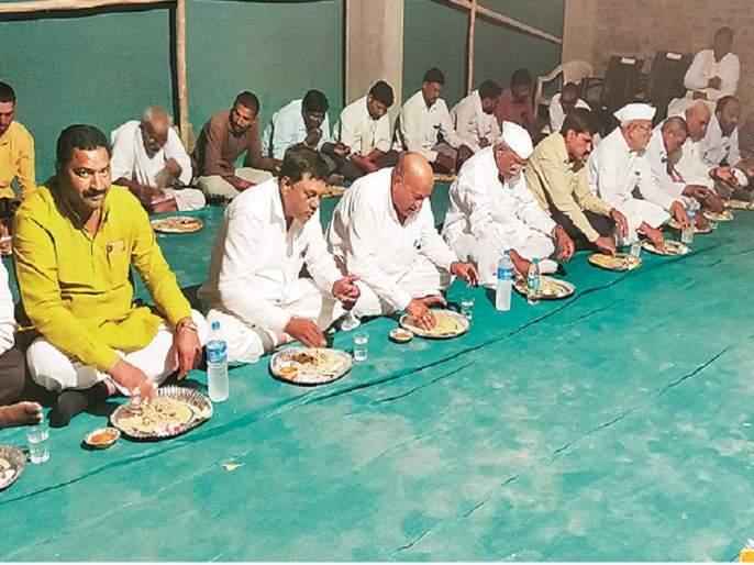 Feed meals at 5 rupees for farmers in the Karmad fooder camp | करमाडच्या छावणीत शेतकऱ्यांना ५ रुपयांत पोटभर जेवण