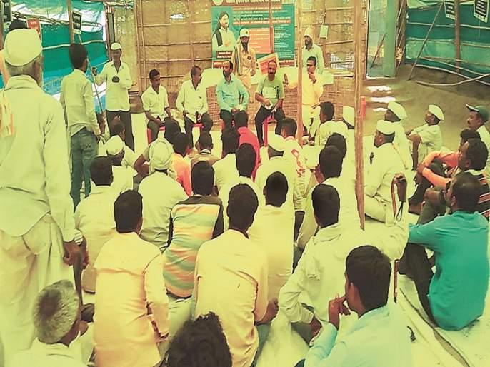 Fodder medicines with soccer, volleyball in the fodder camps to relieve farmers | शेतकऱ्यांच्या तणामुक्तीसाठी चारा छावण्यांमध्ये फुटबॉल, व्हॉलीबॉलसह ध्यानाचे धडे