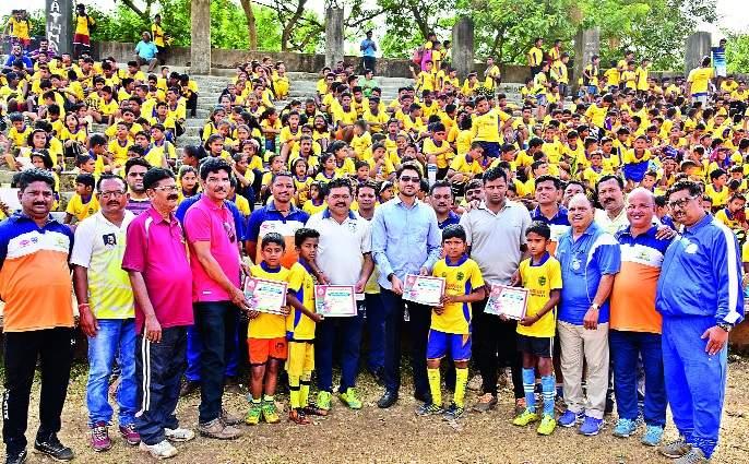 9 81 players' football lessons: - Free training by Shivaji Sports | शिबिरात ९८१ खेळाडूंना फुटबॉलचे धडे -: शिवाजी स्पोर्टस्तर्फे मोफत प्रशिक्षण